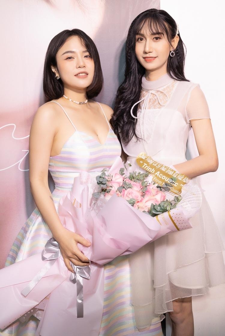 Lynk Lee ăn mặc chiếc đầm trắng nữ tính đến mừng người em gái thân thiết. Gần đây, Lynk Lee được công chúng quan tâm khi công khai sống thật với giới tính, ăn mặc, trang điểm toát lên vẻ dịu dàng.