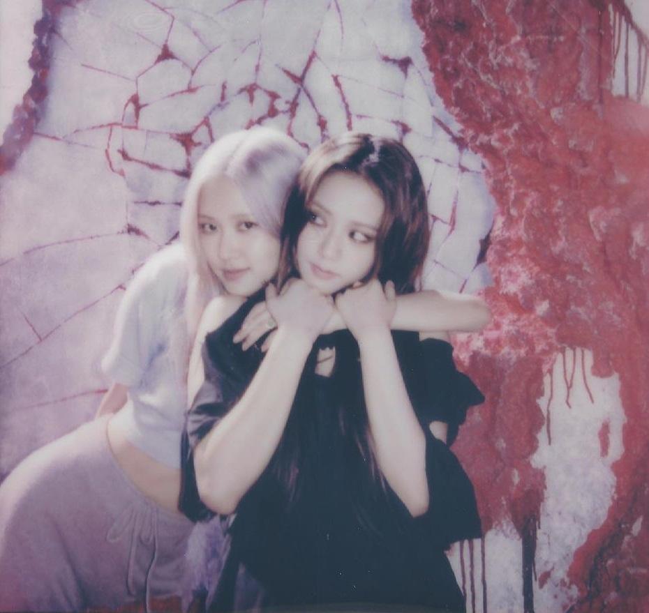 Ji Soo chia sẻ khoảnh khắc được Rosé ôm từ phía sau cực tình  trong hậu trường MV.