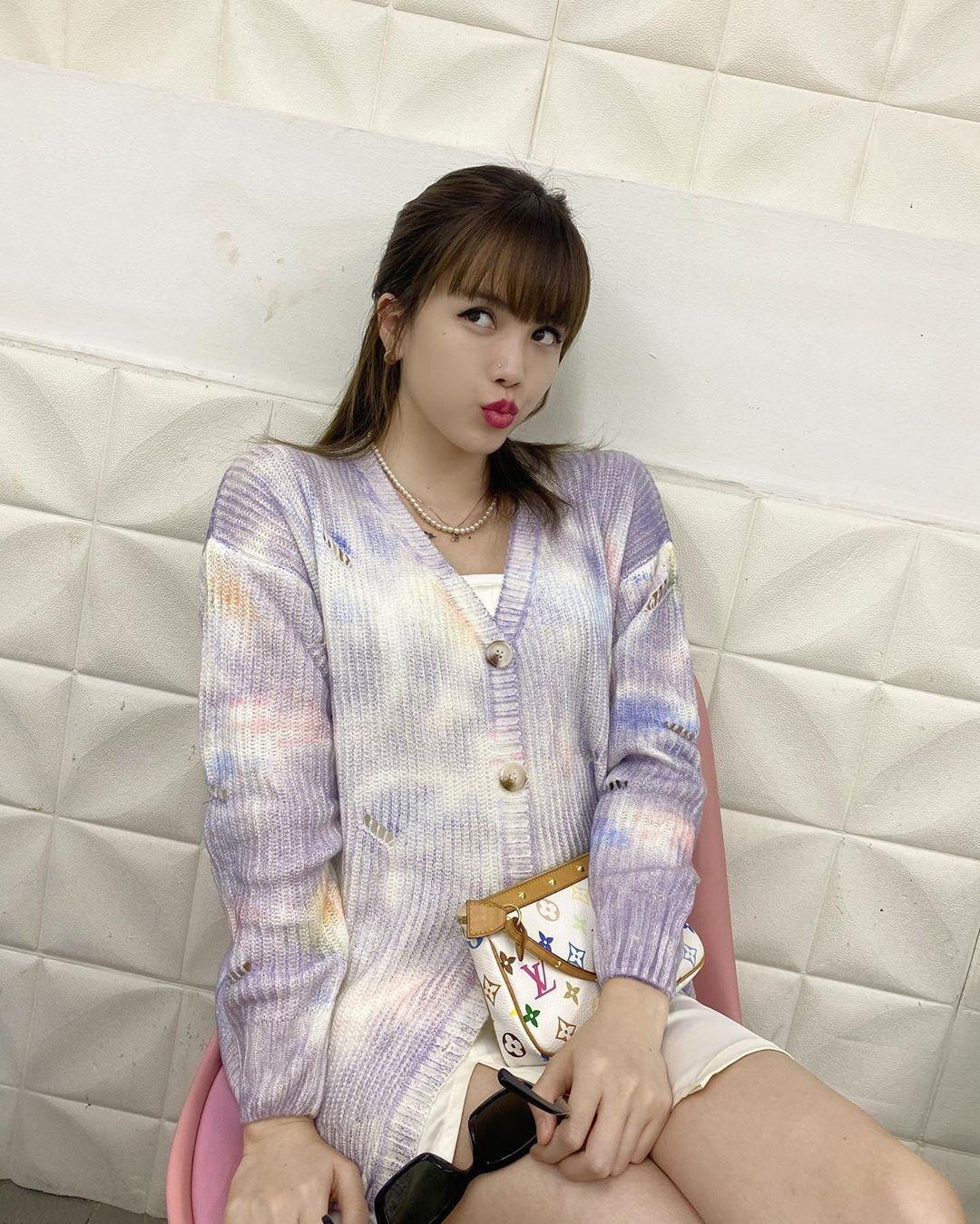 Thiều Bảo Trâm được so sánh với Black Pink khi diện cardigan màu loang xinh xắn.