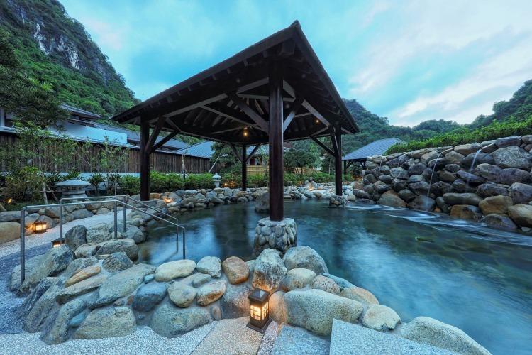 Vây quanh Yoko Onsen Quang Hanh là khung cảnh sông núi hữu tình, tạo cảm giác thư thái.