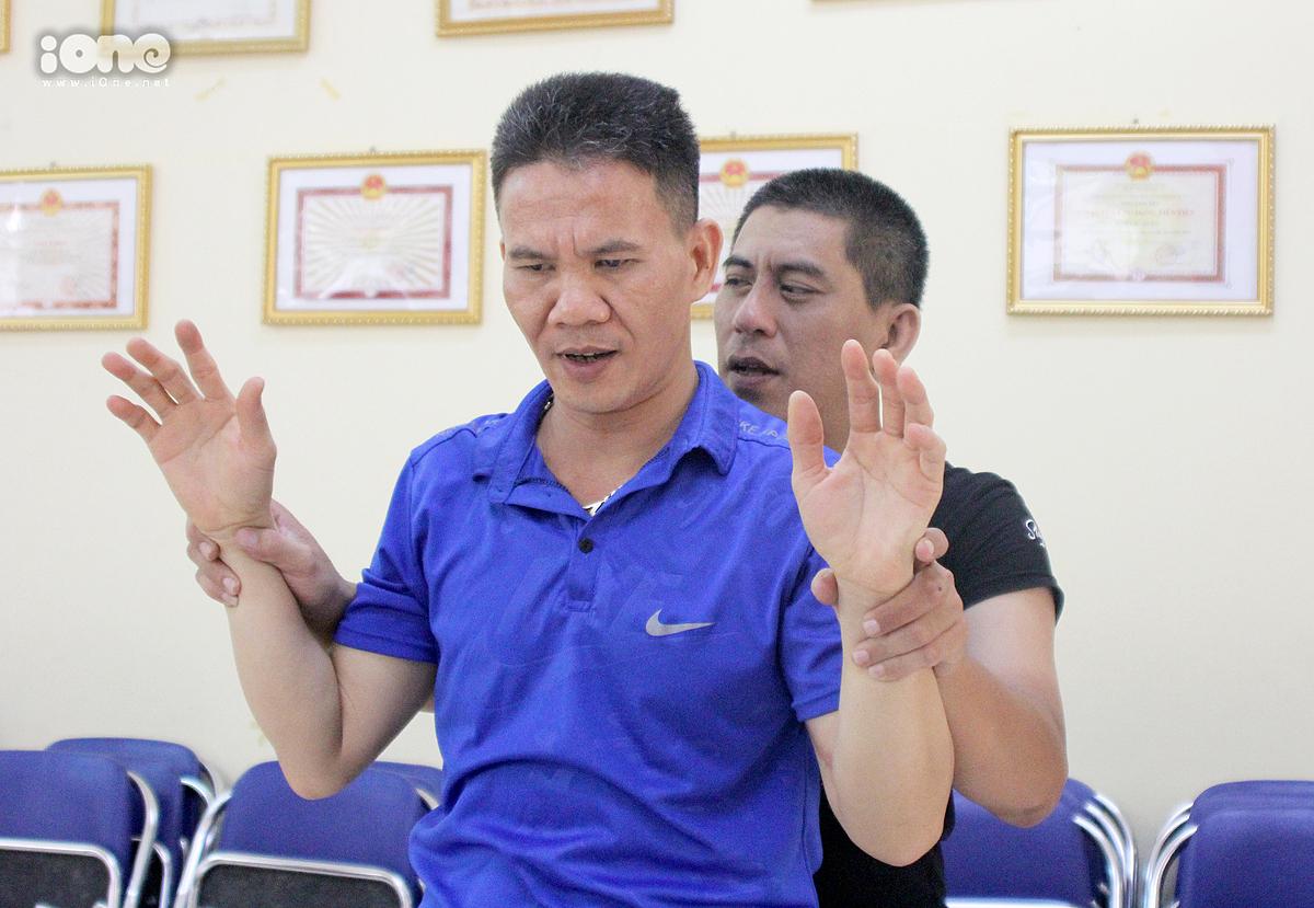 Anh Cường (mặc áo đen) đang hướng dẫn các học viên mới các động tác cơ bản.