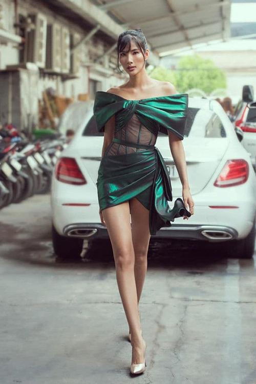 Hoàng Thùy diện chiếc váy ôm sát khoe thân hình khỏe khoắn, sexy.