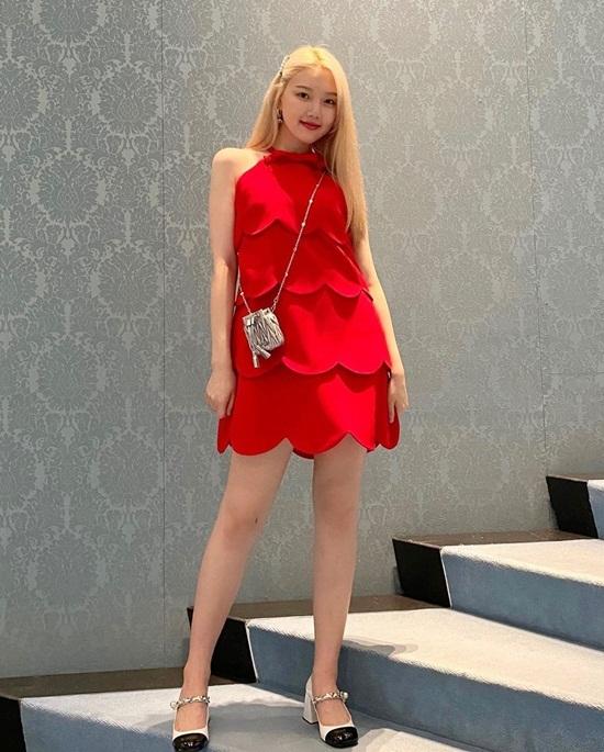 Ye Rin (GFriend) diện váy tầng màu đỏ rực