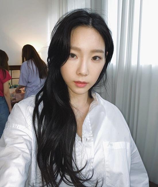 Tae Yeon khiến fan trầm trồ khi đổi màu tóc đen tự nhiên, làm nổi bật làn da trắng.
