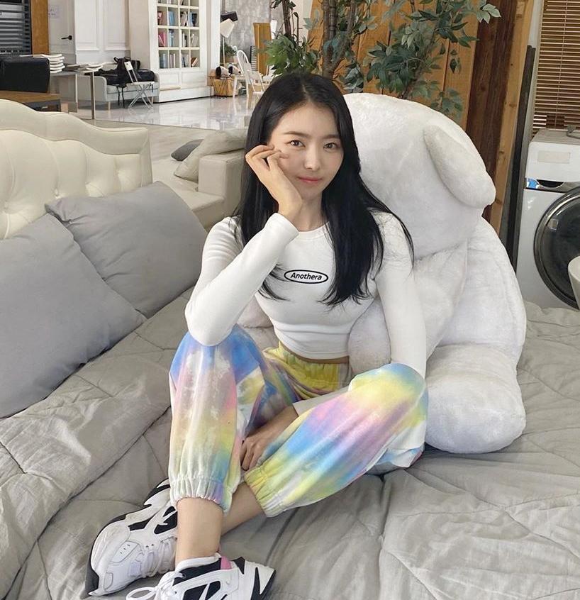 Lim Na Young mặc chiếc quần jogger pha màu loang, tạo vẻ cá tính nhưng không quá hầm hố.
