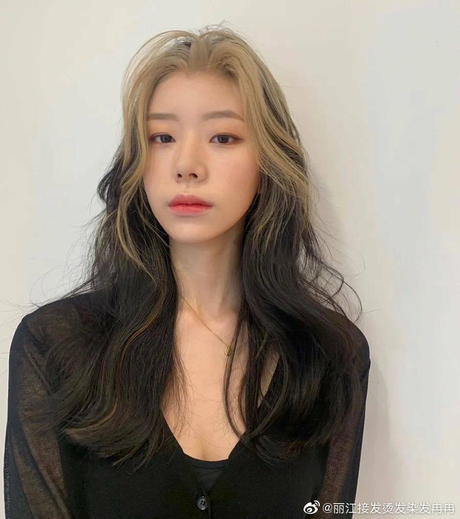 Các cô gái đua nhua để tóc đen giúp phần mái sáng màu trông nổi bần bật bắt chước idol sang chảnh của Black Pink.