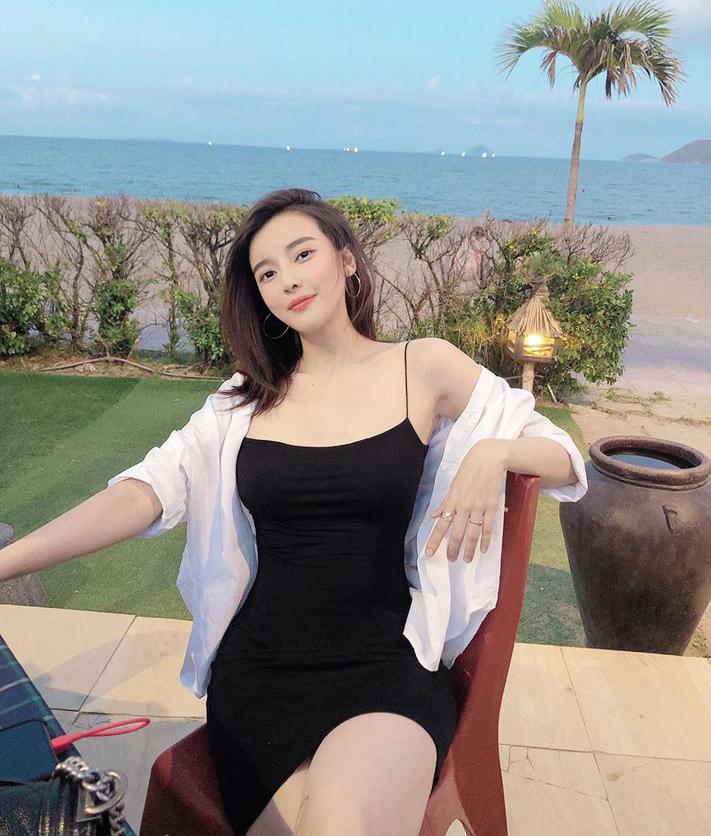 Váy dây như sắp đứt là lựa chọn mát mẻ, sexy của Cao Thái Hà khi đi biển.
