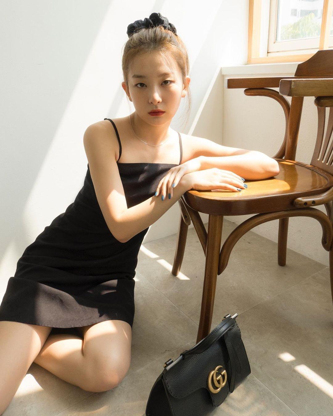 Seul Gi (Red Velvet) kết hợp váy hai dây cùng scrunchie để tạo vẻ thời thượng, trẻ trung.
