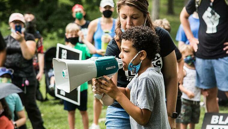 Nolan Davis và mẹ nuôi nói chuyện với người biểu tình tập trung tại Công viên Kirkwood.