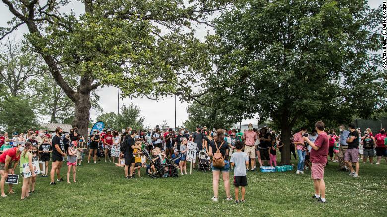 Hàng trăm người biểu tình tại công viên Kirkwood.