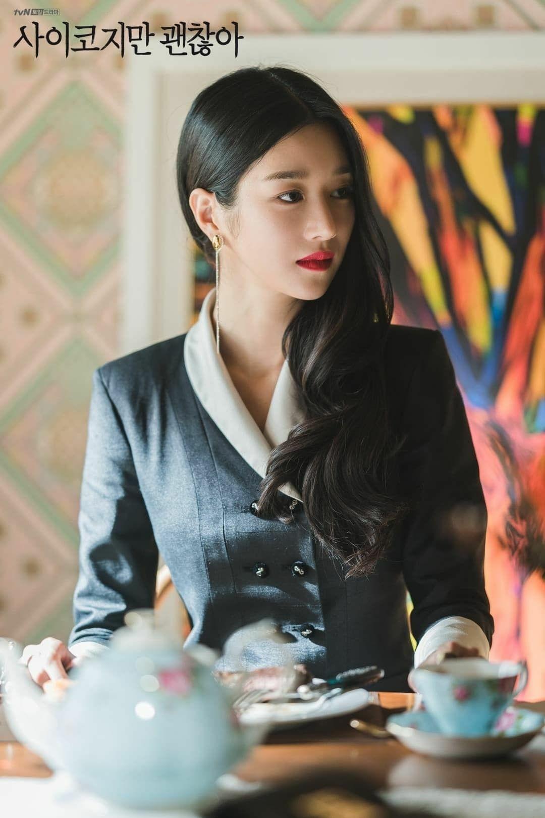 Tái xuất màn ảnh nhỏ với drama Điên thì có sao? (Its okay to not be okay), Seo Ye Ji gây sốt với hình tượng nữ nhà văn giàu có. Có tính cách lạnh lùng, kiêu ngạo, Moon Young theo đuổi phong cách quý tộc sang chảnh. Mỗi phân cảnh xuất hiện, cô nàng luôn khiến người xem mãn nhãn với váy áo đẳng cấp.