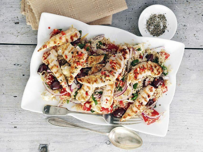 Gà nướng và hạt quinoa là món ăn đầy đủ dưỡng chất cho runner vào bữa trưa,