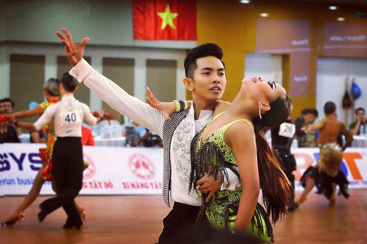 Trong nghề cô thân thiết với vợ chồng Khánh Thi - Phan Hiển. Nhã Uyên cũng kết đôi với Phan Hiển tạo nên cặp VĐV ăn ý trên sàn đấu.