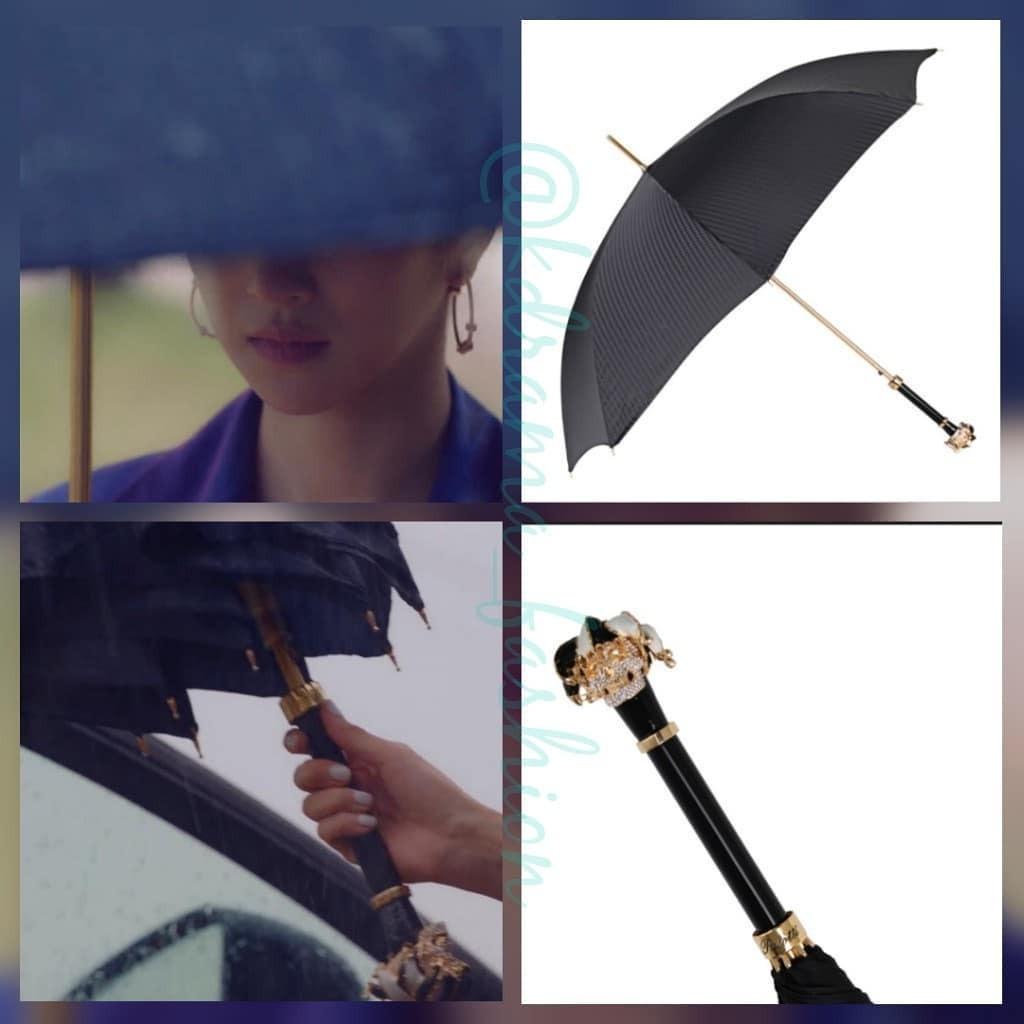 Ngay cả chiếc ô của nàng rich kid này cũng không phải dạng vừa. PASOTTI Luxury Black Designer Fabric Swarovski Jester Skull Handle 1-Speed Automatic Umbrella ₩830,000