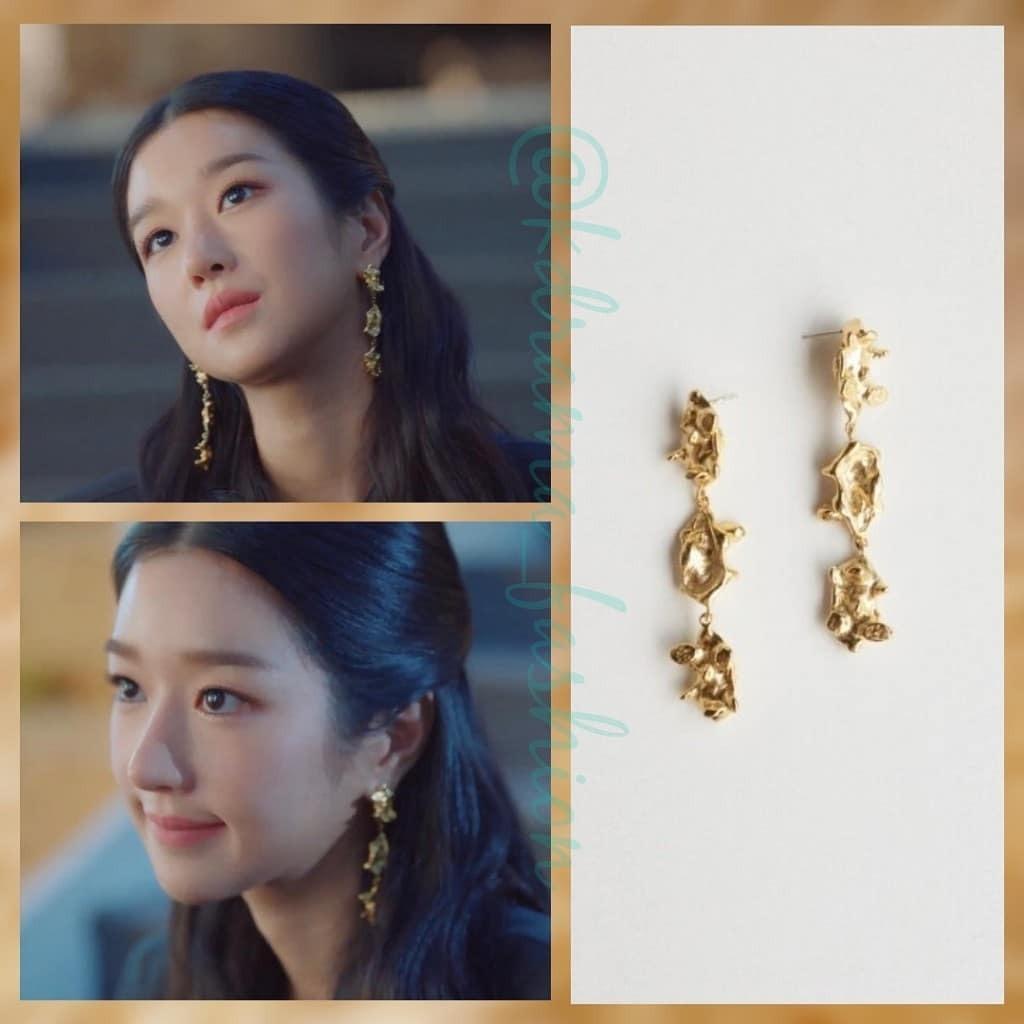 Nhờ thường xuyên tạo những kiểu tóc để lộ tai như búi cao, buộc nửa..., Seo Ye Ji giúp gương mặt thêm tươi sáng nhờ điểm nhấn trang sức nổi bật.