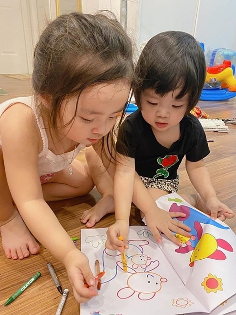 Công việc bán hàng bận rộn, Bảo Ngọc vẫn dành thời gian cho hai con nhỏ. Cô dạy các con vẽ tranh, học chữ.