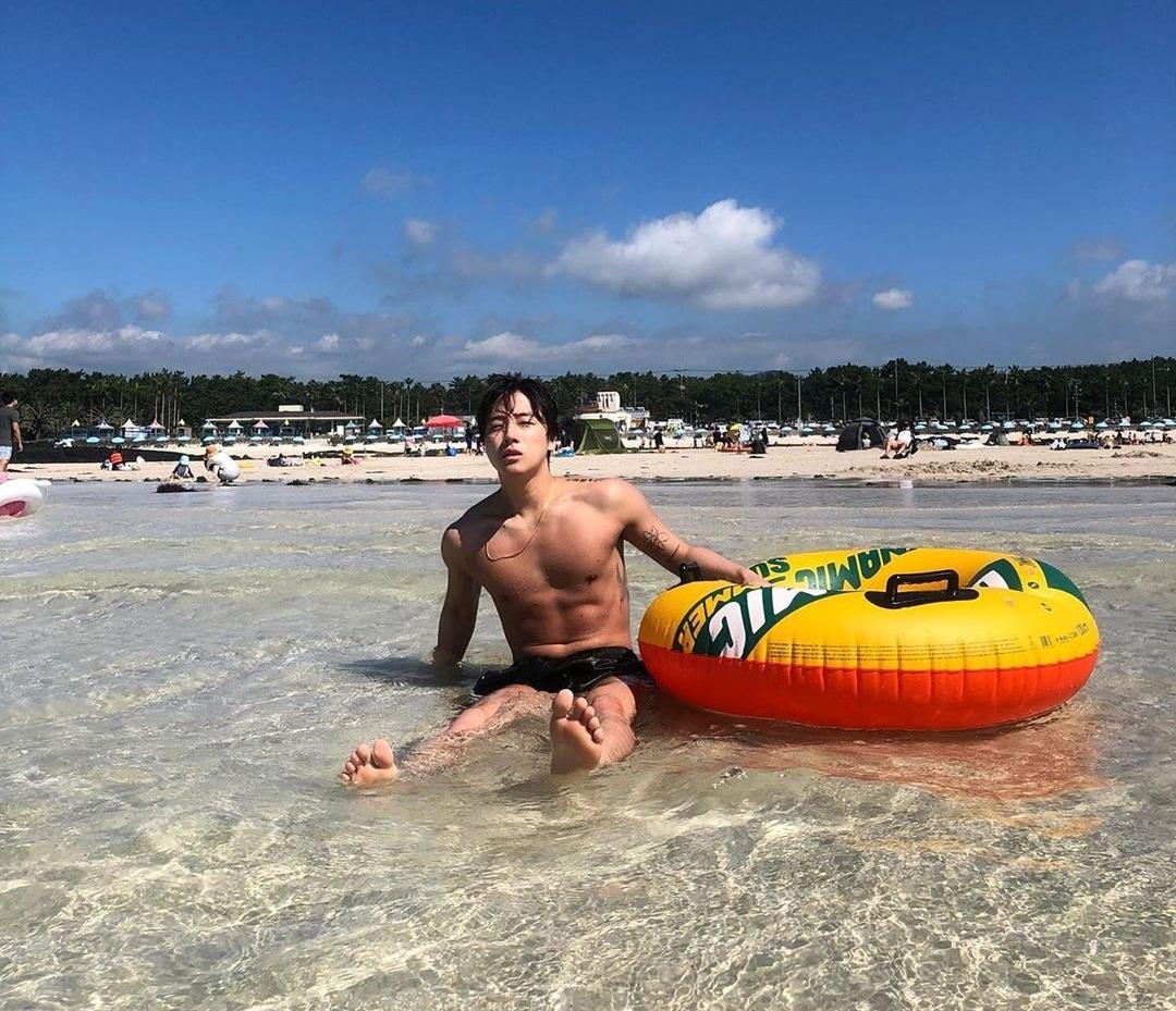Jin Hwan (iKON) khoe thân hình săn chắc khi đi tắm biển.