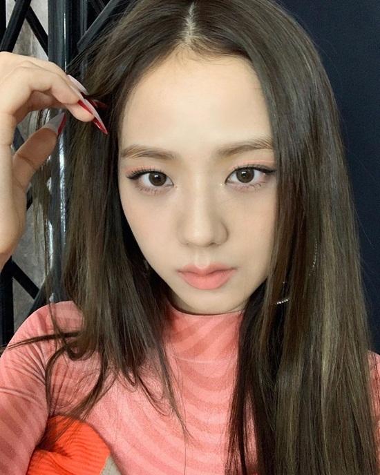 Ji Soo lên đồ và makeup cùng tông hồng cam