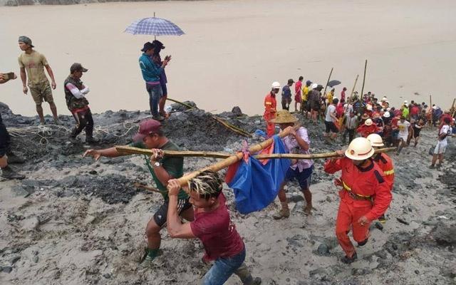Lực lượng cứu hộ di chuyển một thi thể tại hiện trường vụ sạt lở mỏ ở Myanmar. Ảnh: Reuters.