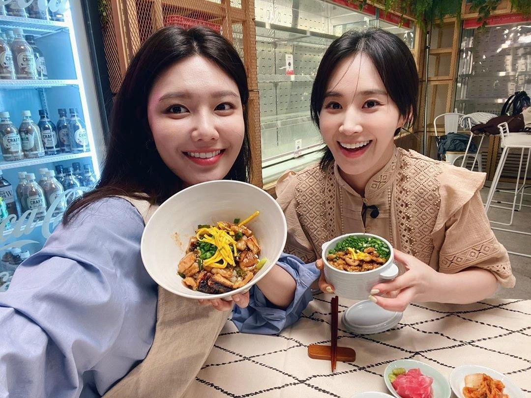 Yuri và Soo Young hội ngộ, cùng vào bếp nấu ăn.