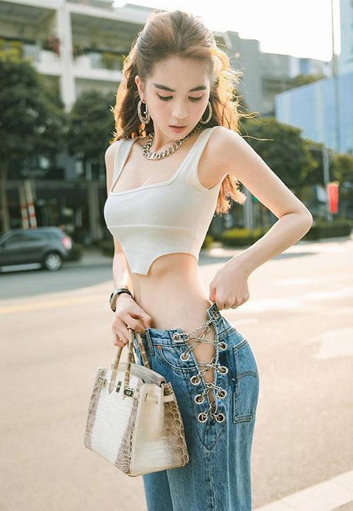 Quần jeans cắt khoét phần hông tạo thành khoảng hở táo bạo là xu hướng thịnh hành mùa hè năm nay. Ngọc Trinh là mỹ nhân Việt đầu tiên lăng xê mốt quần khoe sườn sexy này. Tại nhiều shop thời trang, mốt jeans hở hông cũng đang được bán rộng rãi. Tuy nhiên không ít nàng thắc mắc khi diện chiếc quần bạo dạn này phải chọn nội y thế nào cho phù hợp và sang trọng. Dưới đây là những gợi ý nội y để bạn đua trend quần cắt hông.