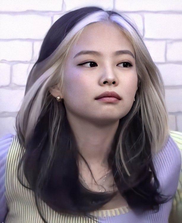 Sau một thời gian khá trung thành với kiểu tóc tối màu, Jennie tạo nên cơn sốt khi comeback với sản phẩm mới cùng diện mạo phá cách. Cô nàng được tạo kiểu tóc lob đến vai, nền tóc màu tối, tuy nhiên phần tóc mái được nhuộm highlight gam bạch kim rất nổi bật. Nhờ sức hút của Jennie, kiểu tóc lạ mắt này ngay lập tức tạo trend khắp châu Á.