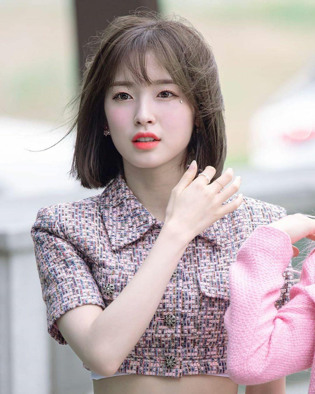 Arin nhận được tình cảm và sự chú ý từ netizen Hàn nhờ hình tượng trong sáng, thuần khiết và vẻ đẹp ngọt ngào. Trong màn comeback với ca khúc Nonstop hồi tháng 5, Arin là thành viên nổi bật nhất nhóm khi lột xác trong mái tóc ngắn trẻ trung, tinh nghịch. Nữ idol đang là hình mẫu lý tưởng của vô số fan boy Hàn Quốc.