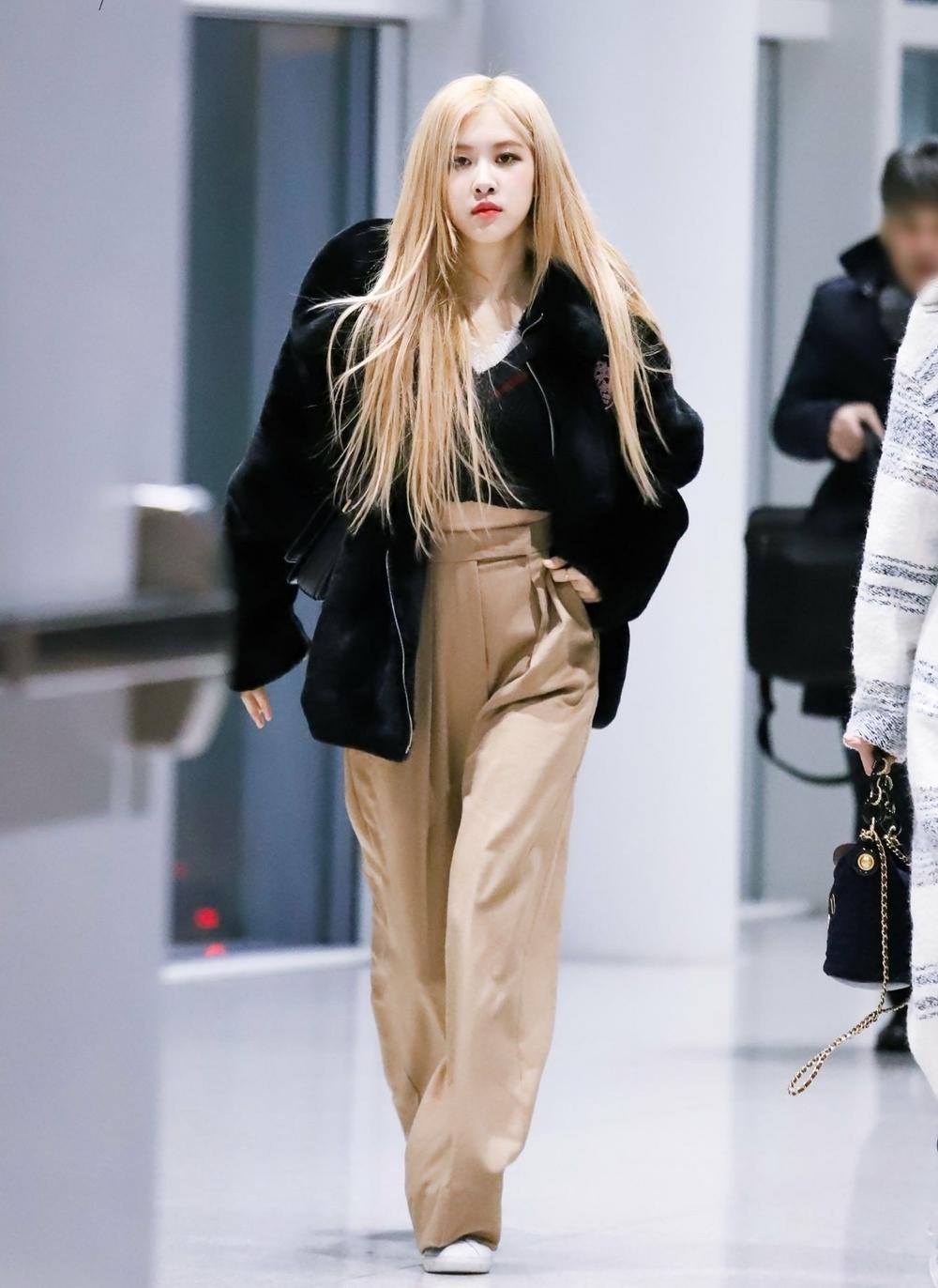 Netizen cho rằng Rosé nên tăng cân và lựa chọn những trang phục hợp lý để che khuyết điểm và tôn dáng.