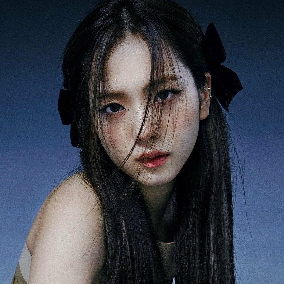 Không chỉ có Jennie mới gây sốt tạo hình, diện mạo của Ji Soo cũng khiến fan tấm tắc vì quá xinh đẹp, Kiểu tóc đen kẹp nơ với những lọn tóc mái lòa xòa mang đến cho visual của Black Pink vẻ đẹp mong manh, bí ẩn.