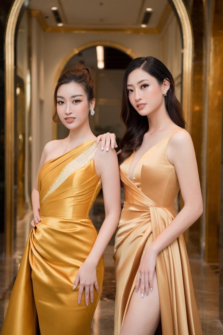 Hai người đẹp pose hình chị chị em em. Là đàn em, Lương Thùy Linh ngưỡng mộ Đỗ Mỹ Linh về việc giữ gìn hình ảnh và các hoạt động thiện nguyện.
