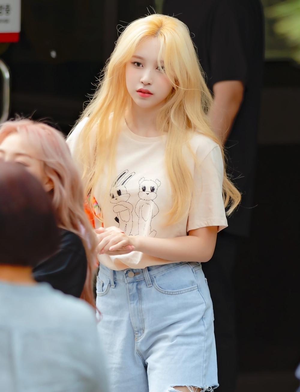 Trở lại hoạt động cùng Twice sau nhiều tháng vắng bóng để chữa bệnh tâm lý, Mina nhận được sự ủng hộ lớn từ người hâm mộ và công chúng Hàn Quốc. Tên tuổi Mina thường xuyên vào top 10 BXH thương hiệu hàng tháng dù không có hoạt động cá nhân. Trong màn comeback More and More hồi đầu tháng 6, Mina cũng khiến netizen sốc visual khi nhuộm mái tóc vàng rực nổi bật, thay đổi hình ảnh ngoạn mục so với hình tượng thanh lịch, quý phái trước đây.