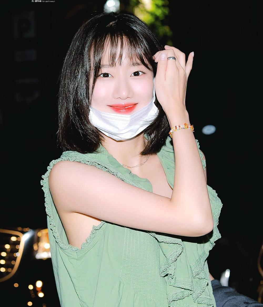 Na Eun là một trong những idol nữ nổi bật nhất Kpop nửa đầu 2020. Tên tuổi cô nàng đang được nhiều khán giả Hàn biết đến nhờ các dự án đóng phim, làm MC. Nét đẹp tươi sáng đáng yêu của Na Eun cũng rất được các nhãn hàng ưa chuộng. Nhờ sự nổi tiếng của Na Eun, April cũng nhận được nhiều chú ý sau hơn 1 năm vắng bóng hoạt động âm nhạc.