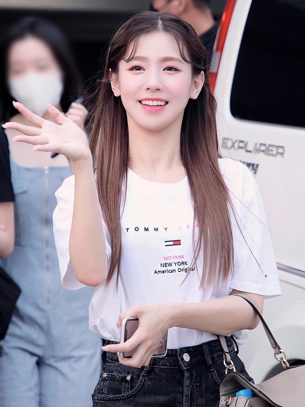 Trong nửa đầu 2020, Mi Yeon liên tục nhận được sự quan tâm từ netizen nhờ ngoại hình xinh đẹp, nhan sắc được bình chọn top đầu girlgroup.