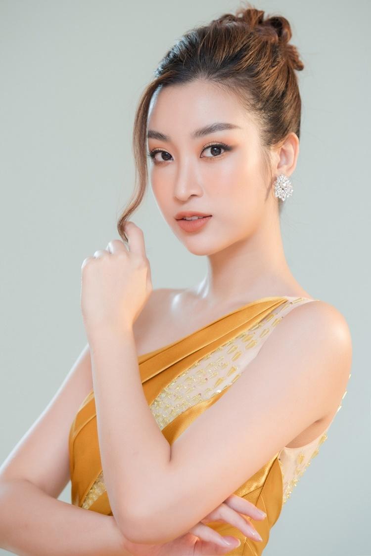 Đỗ Mỹ Linh diện váy lệch vai, gam màu vàng ánh kim của NTK Nguyễn Minh Tuấn.