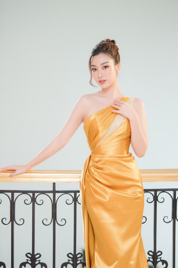 Người đẹp búi tóc cao, trang điểm nhẹ nhàng. Đã hết nhiệm kỳ nhưng Đỗ Mỹ Linh vẫn thường xuyên đồng hành cùng các cuộc thi sắc đẹp do đơn vị nắm bản quyền - cũng là công ty quản lý của cô tổ chức. Năm nay, cô đảm nhận vai trò MC ở hai phần thi phụ là Người đẹp Nhân ái và Thuyết trình ở Hoa hậu Việt Nam 2020.