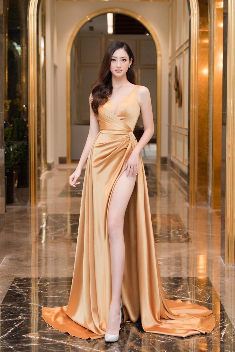 Lương Thùy Linh khoe chân thon trong thiết kế xẻ đùi của Lê Thanh Hòa.