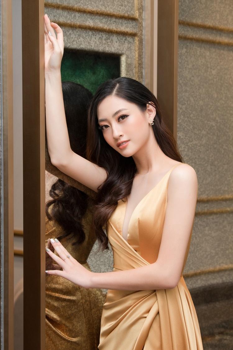 Chia sẻ với iOne gần đây, Lương Thùy Linh nói thứ khác biệt nhất của cô so với mọi người là học thức. Cô tin mình đủ học thức để tránh scandal, những điều tiếng trong môi trường showbiz.