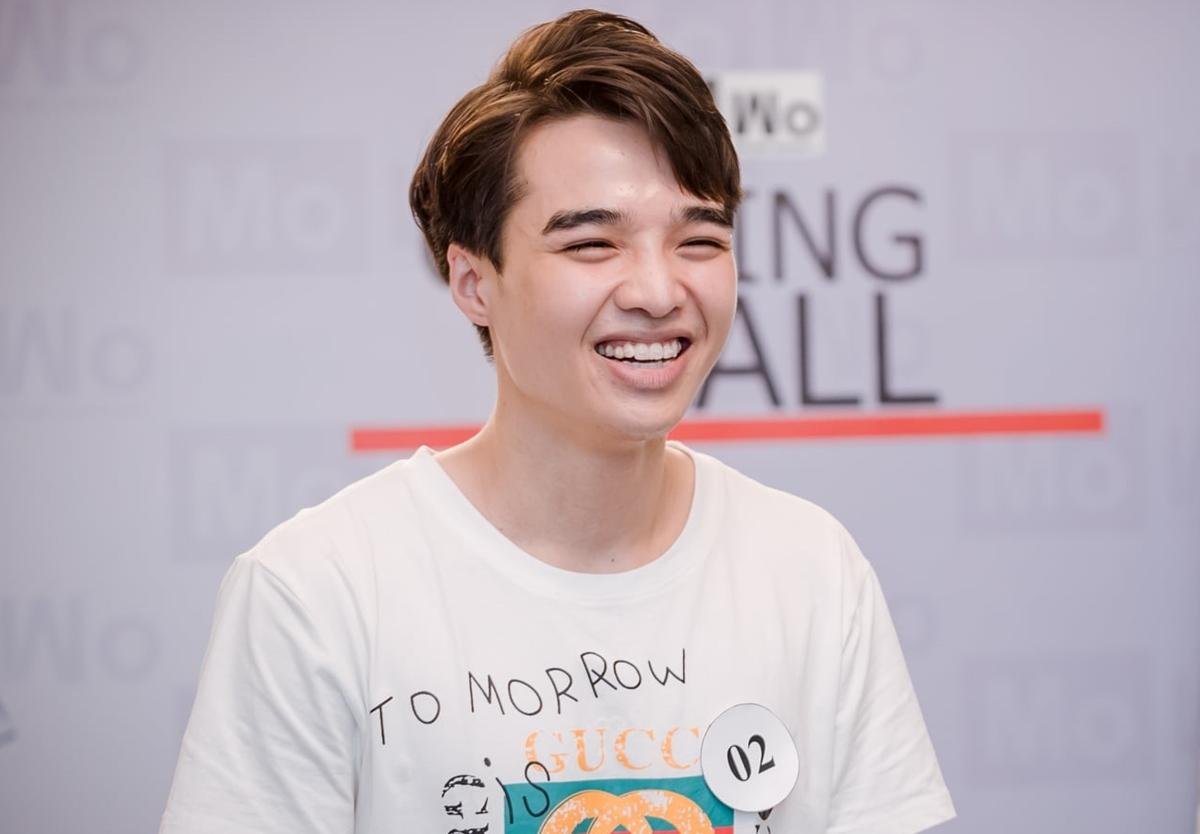 Tun Phạm - hot boy TikTok cười phớ lớ, tạo không khí vui vẻ khi đối diện với giám khảo.