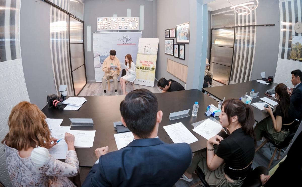 Thay vì lựa chọn những diễn viên chuyên nghiệp, có tiếng để đảm bảo doanh thu phòng vé, lần này Luk Vân quyết định trao cơ hội cho những gương mặt trẻ. Cô tổ chức 4 vòng casting, hút hơn 700 hồ sơ. 10 bạn trẻ tiếp tục thử sức ở vòng thể hiện trực tiếp.