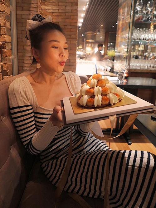 Gần đến ngày sinh nhật, Thanh Hằng được tặng rất nhiều bánh kem. Siêu mẫu cho biết đang giảm cân nhưng khó từ chối cám dỗ từ đồ ăn ngon.