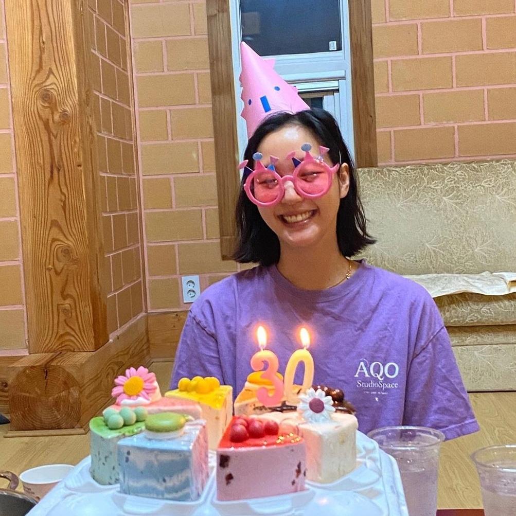 Kim Go Eun đón tuổi mới với phong cách xì tin.
