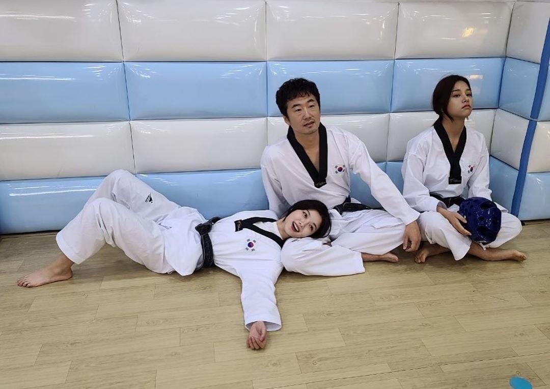 Kim Yoo Jung cười rạng rỡ khi đóng cảnh học võ cùng bố trong bộ phim Backstreet Rookie.