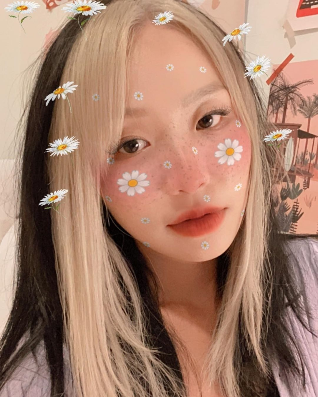 Hot girl Somaly Nguyễn cũng rất ưng ý với kiểu tóc mới có phần mái bạc trắng chẳng khác gì phim kiếm hiệp.