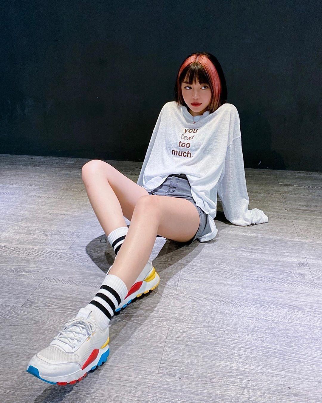 Linh Ngọc Đàm đua trend nhuộm tóc hai màu, tuy nhiên cô nàng chọn tông đỏ hồng siêu rực rỡ để làm điểm nhấn.