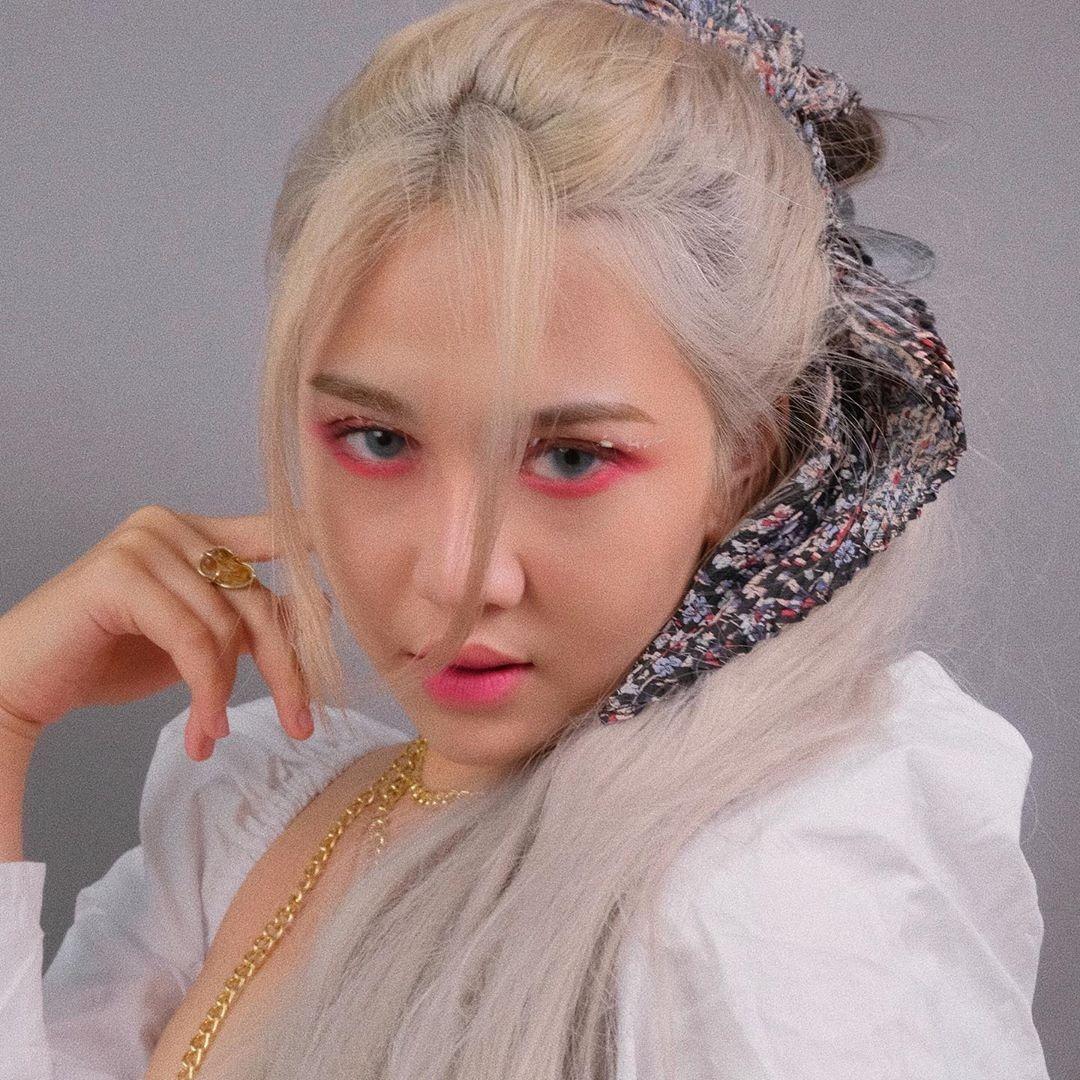 Cách làm tóc vừa cá tính, vừa ngọt ngào như Rosé cũng được con gái Việt bắt chước. Beauty blogger Quỳnh Thy không có tóc tông tím, tuy nhiên nhờ cách tạo kiểu, trang điểm và lối pose hình tương đồng, cô nàng được khen xinh không kém Rosé.
