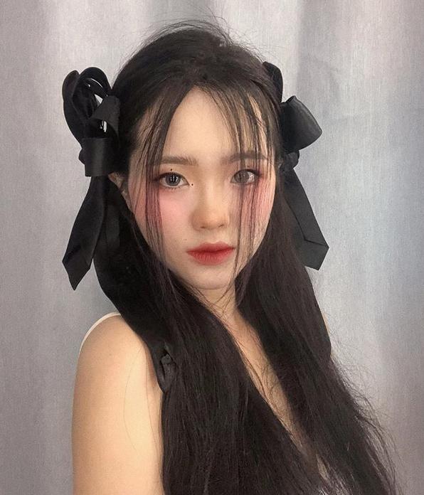 Cô nàng Phương Bùi không khó khăn khi làm tóc, trang điểm theo phong cách Ji Soo.