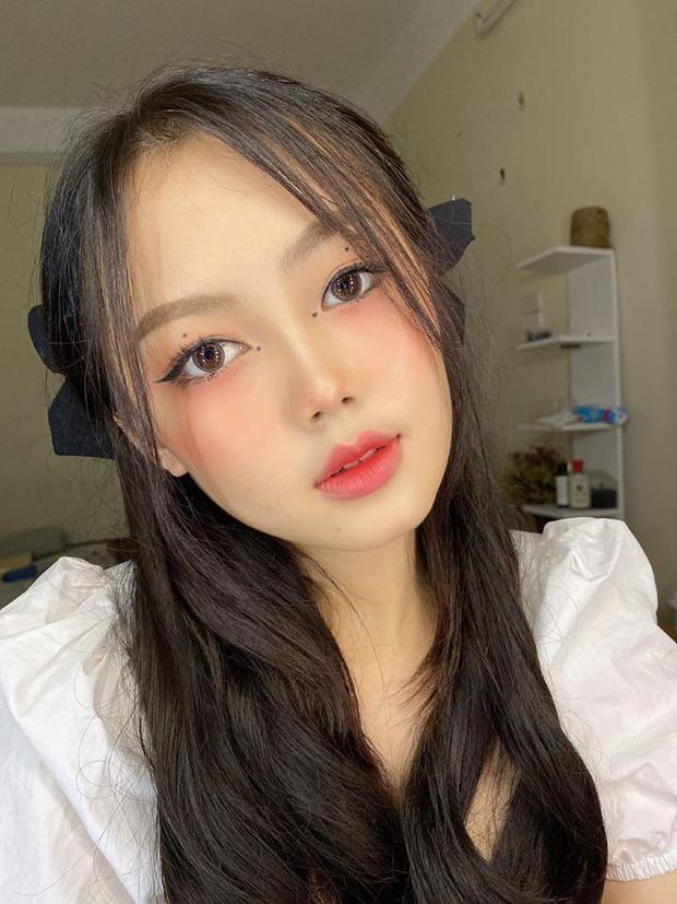 Hoài Linh cũng dễ dàng tạo style Ji Soo nhờ có sẵn mái tóc dài tối màu và gương mặt xinh xắn.