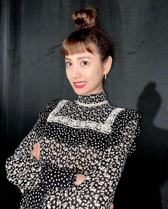 Nana búi tóc củ hành cao vống kết hợp với mái ngố tạo diện mạo ngộ nghĩnh.