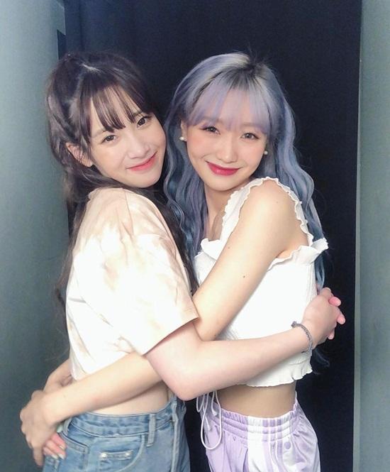 Su Jeong và Ji Ae (Lovelyz) ôm nhau tình cảm. Hai cô nàng cùng diện croptop khoe eo.