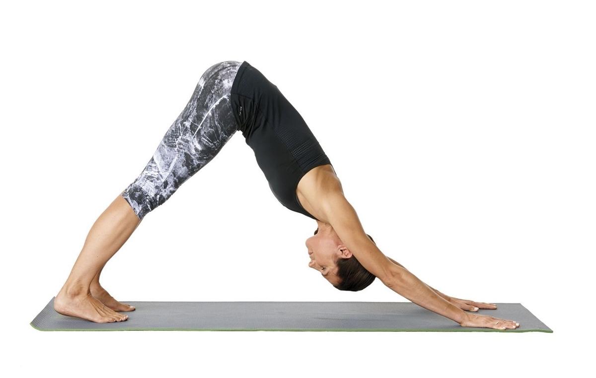 Runner quỳ trên sàn, hai tay và đầu gối vuông góc sàn. Tiếp theo, dùng lực cánh tay nhẹ nhàng đẩy người lên cao, chân duỗi thẳng, tạo thành hình chữ V. Trong tư thế cúi mặt, hai tay kéo dài về phía trước, hai chân nhấc lên hạ xuống nhịp nhàng. Thở sâu trong 10 nhịp thở. Động tác giúp kéo dài nhóm cơ đùi sau, bắp chân và vòm bàn chân, tăng cường sức mạnh cho vai.